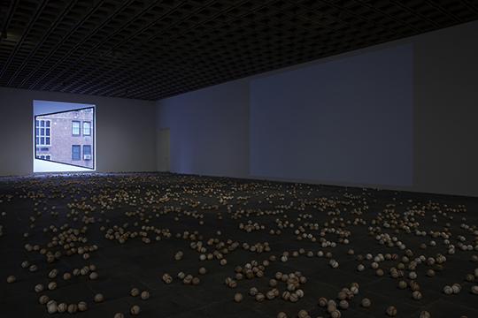 卢茨·巴切尔,《棒球II》,2011-2012年;《你在想什么?》,2011年 2012年惠特尼双年展展览现场,纽约惠特尼美术馆