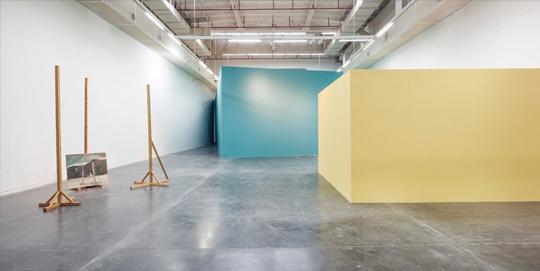 """展览现场,2013年,民生现代美术馆,上海 从左至右:《山前木后山》,""""潜意识""""(蓝色房间),""""前意识""""(黄色房间)"""