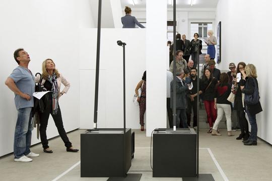 卡斯滕·尼古拉,《阴极射线管磁铁》,2013,装置, EIGEN+ART 画廊开幕现场