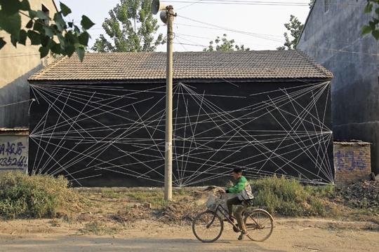 李牧,《仇庄项目》,2012 年12 月,艺术项目 Sol LeWitt 的墙画在仇庄