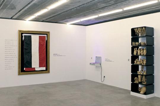 展览现场,2 013年 泰康空间,北京 从左至右:石玩玩,《颜色革命》,刘辛夷,《平天下》,周啸虎,《蒙太奇结构》