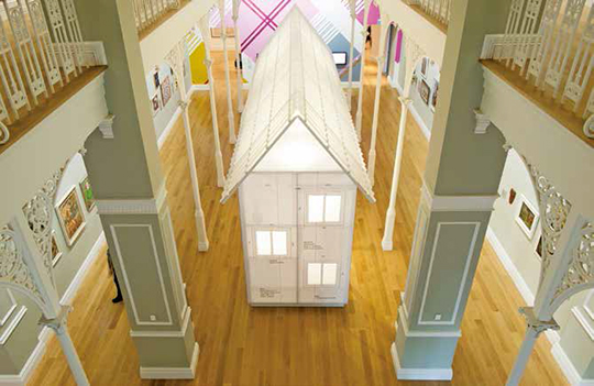 林 明 弘 、犬 吠 工 房 ,安 德 鲁 · 巴 里 ,《 样 板 屋 》 2013年 工人房屋模型以及丙烯壁 画 、录 像 、声 音 ,展 览 现 场