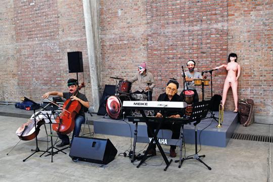 《混蛋音乐会》,2013年 装置,表演, 显示器,可变尺寸