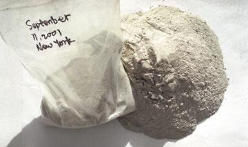 """徐冰在作品《何处惹尘埃》(2004年)中使用收集自""""9.11""""事件中的灰尘。"""
