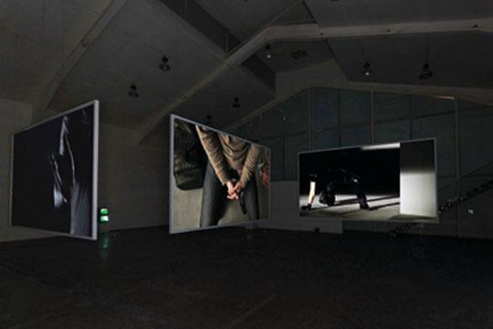 何岸、秦思源、张慧,《一次》,2013年 三频高清同步循环录像,6分5秒