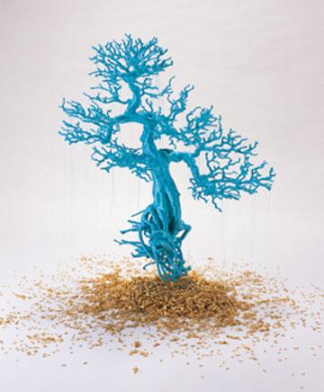 林天苗,《盆景树》,2012年,树、丝线,塑料人,金箔,约77 × 56 × 99 厘米