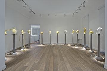 《塑像》,2013年 彩色丝线、聚脲、金属构件和木柱 尺寸可变