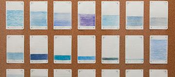 《爸爸,今天你看见怎样的蓝?》,2012‐2013年 铅笔、彩色铅笔,无酸纸(日记簿),铜钉,水松板,亚克力板,木框  一组十三件,每件100 × 100 × 2.4厘米