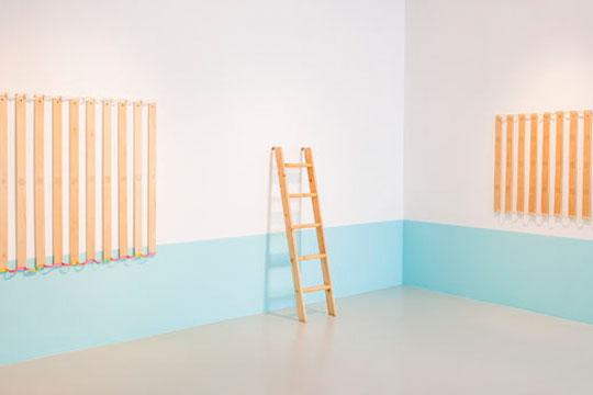 《给爸爸 (或自己) 的六十个问题》,2012‐2013年 铅笔、丙烯颜料彩调色剂、油性墨,螺钉、用过的双层床的松木部件,尺寸可变