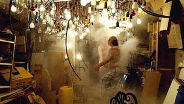 《无知的云彩》,2012年,四频高清影像(17分钟)、十声道音频、自动控制灯具、效果控制器
