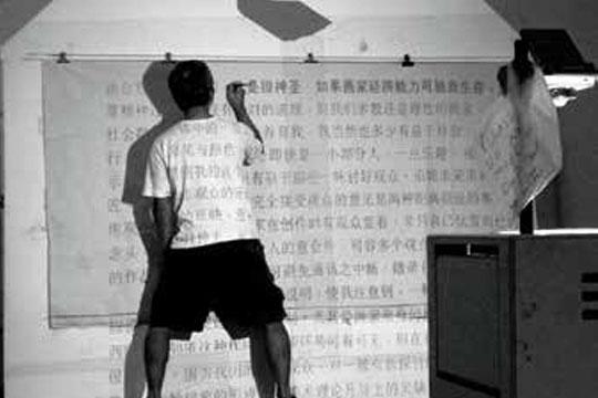 1972年蒋才雄以观念作品《五尺乘五尺(新加坡河参加新加坡现代画会会员展 遭拒,当时的主席何和应写信批评作品空洞无物,不足以打动观众。2005年,蒋才雄将这封信复原放大为作品《才雄兄你好》