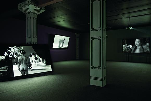《新女性》,2 013年 五屏影像装置,3 5毫米黑白电影胶片转高清,8-10分钟