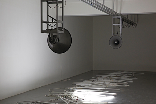 《碰撞的和声》,2 014年 声音装置,轨道,喇叭,电脑,日光灯管