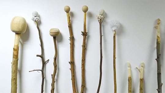 佐伊·贝努瓦,《棍棒》,2011年,木棍雕塑