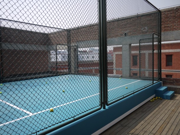 Tennis Court, 2014, Installation (painted iron panel, wire fence, High-pressure fan,PVC-U pipe), 592×880×350cm, Taikang Space, Beijing. Courtesy of Taikang Space.