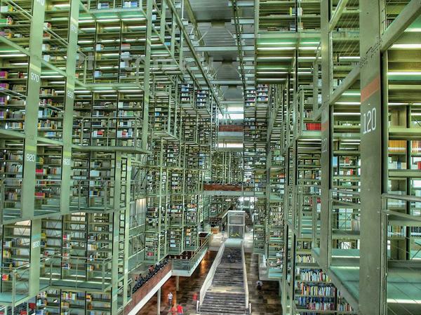 墨西哥城国家图书馆的书架