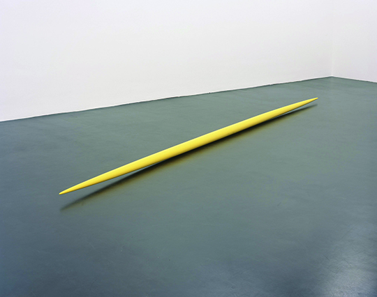 Gelbes Ellipsoid (Yellow Ellipsoid), 1976, lacquered wood, 9 x 9 x 486 cm, Courtesy of the artist and Galerie Buchholz, Cologne/Berlin.
