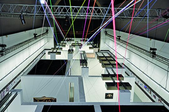 纪尧姆·德桑热在展览空间中用线将作品和十年间发生的相关历史与社会事件文献关联起来。