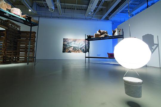 艾德加·阿斯诺,《运算不爱你:从底特律到上海》,2010–2014年,混合媒材装置