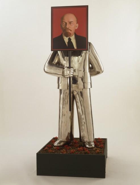 格里沙·布鲁斯金,失乐园系列之《像列宁的肖像》,1990年,装置,不锈钢,铝箔,珐琅彩,200厘米×86.4厘米×68.5厘米 Courtesy of the Sepherot Foundation, Liechtenstein