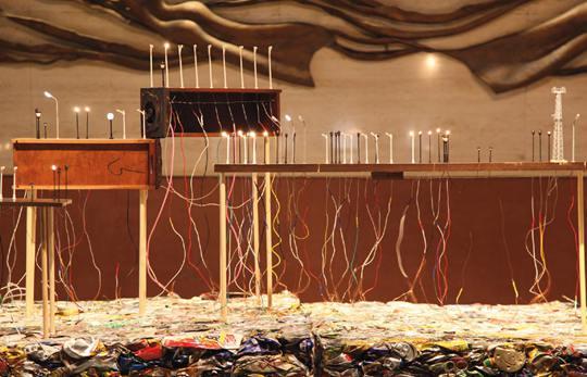 《都市开采》,2014年,路灯、易拉罐、微型路灯、压扁的易拉罐、二手电路 板、电扇,尺寸可变:约为700 × 800 × 700 厘米