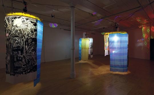 """艾米·利安和恩佐·卡马乔,""""溢光时热""""展览现场,2014年,纽约47 Canal"""
