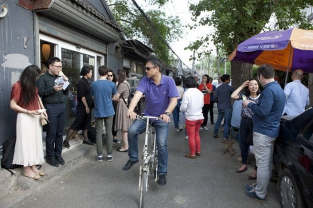 Beginning at 3 PM, Wu Jin's tiny space was packed with LEAP's friends, who gathered in Jian Guang Hutong for drinks and conversation.
