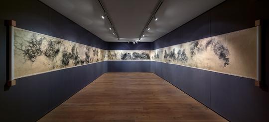 冰逸,《囙:千里江山》,2011-2015,绢本水墨,91.5 厘米 x 2000 厘米