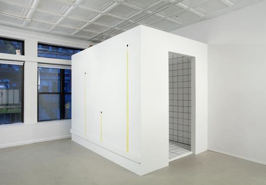 安妮卡·伊,《气味、高潮与紧张的桃子》,2011年 木头、瓷砖、橄榄油,243.8 × 50.8 × 203.2厘米