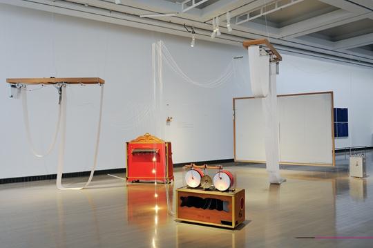 《I/0—作曲家之屋》,2014年,纸、木头、丙烯、灰尘、发动机、百叶窗、叉子、风琴、鼓、铃、工具箱等,尺寸可变:约为294 × 609 × 802 厘米