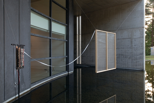 《鬼火》,2013年至2014年 钟琴、电螺旋、鼓槌、绷上线的窗户、导线 尺寸可变:约为250 × 300 × 80 厘米