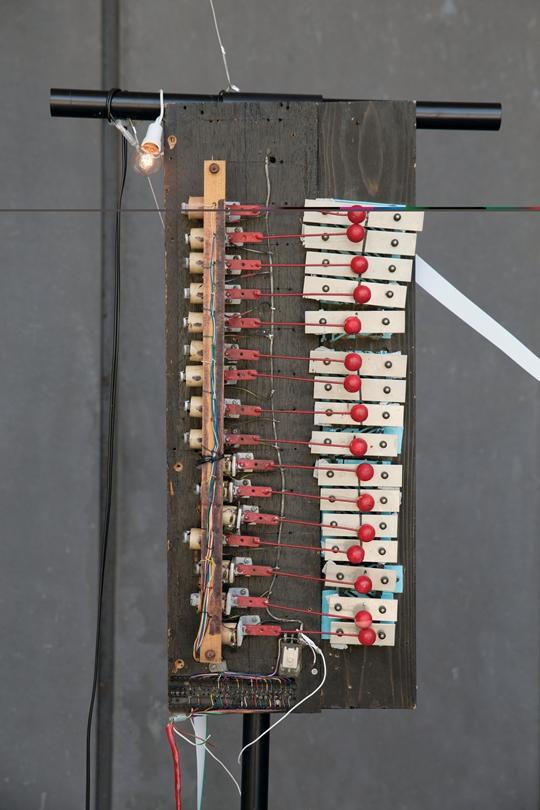 《鬼火》,2013年至2014年 钟琴、电螺旋、鼓槌、绷上线的窗户、导线 尺寸可变:约为250 × 300 × 80 厘米 Oni-Bi (Fen Fire), 2013-2014