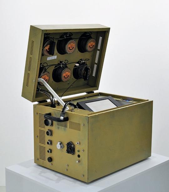 徐文恺,《穷人采矿》,2011年,装置,计算机零部件,扬声器,金属材料,PMMA制品,65×40×47厘米