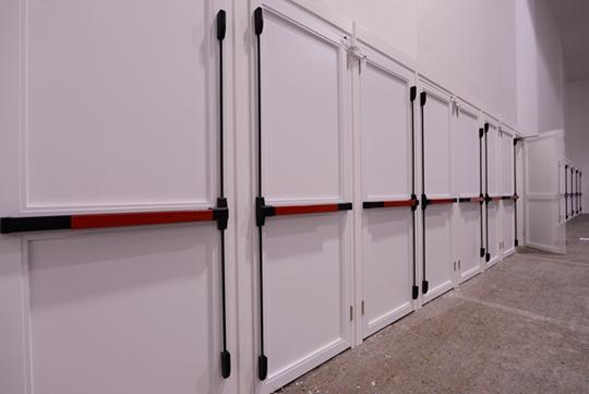 《私生子》,2015年,防火门、自动控制系统,210×80厘米(每件),23件
