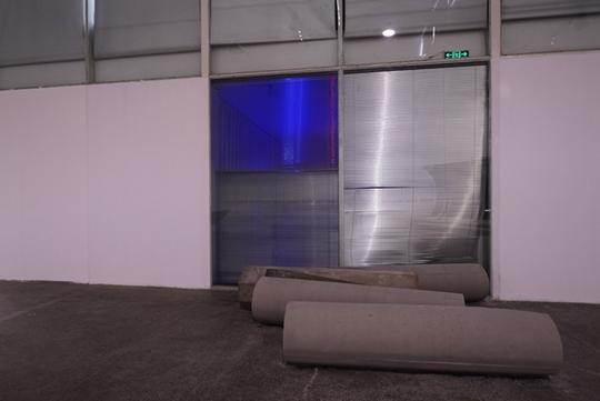 前:《亚美尼亚》,2015年,水泥,尺寸可变 后:《序言》,2015年,百叶窗、灯箱、窗帘,可变尺寸