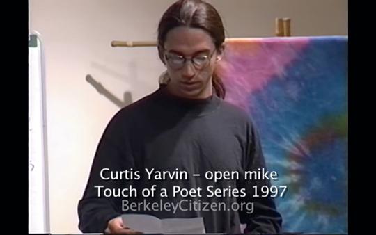 """柯蒂斯·雅文1997年在加州伯克利举办的""""触摸诗人""""现场朗读活动上。"""