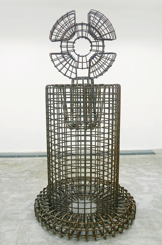 邵一,《崇拜物:物体本身无意义》,2014-2015年,装置,螺纹钢,525 × 280 × 280厘米