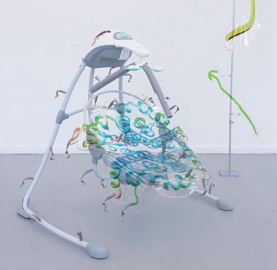 《左右摇曳的平静倚偎》,2014年,电动婴儿秋千、聚氨酯树脂、现成蛋白质分子构成的股票指数图、硅胶鱼饵、电缆软管,110×80×90厘米