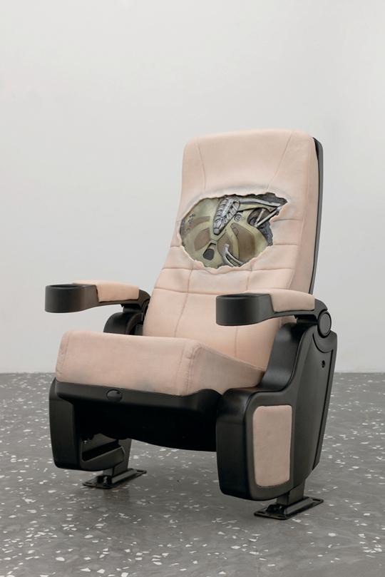 朵拉•布多尔,《寄生虫撤退1》(左),《寄生虫撤退2》(右),2014年 布鲁斯•威利斯在影片《未来战警》(2009)中的赛博格义胸,硅胶龙皮肤,影院座 椅,塑料,泡沫,电子动画,混合硬件,105 × 70 × 72厘米