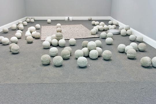 唐纳天,《区域(一)》,2014年 装置,清洁机器人Roomba,水泥球,尺寸可变