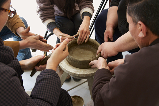 《五个陶艺师制作一个陶器》,2013年