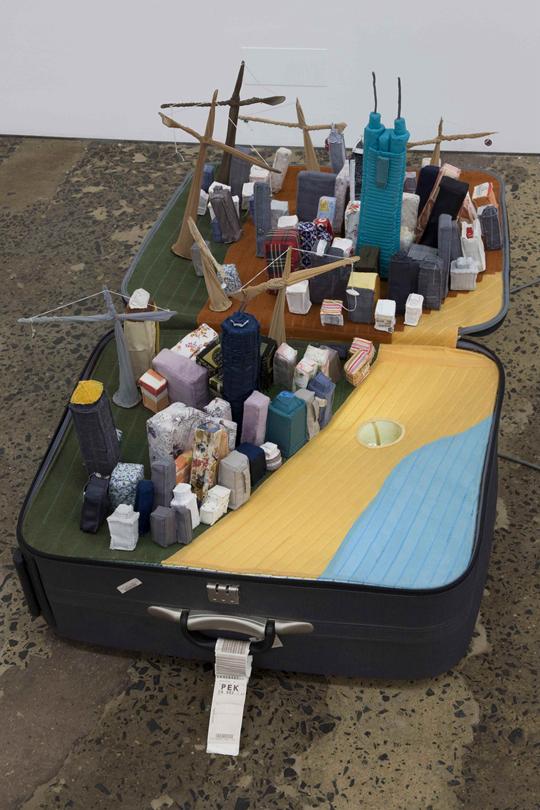 尹秀珍,《手提城市:深圳》,2008年,行李箱、旧衣、灯光、地图、声音,30×148×88厘米