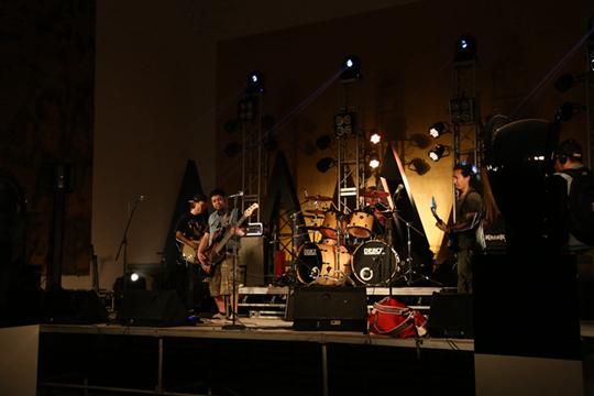 """个展""""一次演出"""",2014年 张鼎将1991年莫斯科红场上那个经典的摇滚现场再现,在这场演唱会上,一共演出了4个乐队的13首曲目,现场用黑色的雕塑和金色有蚀纹的壁挂装置装饰。"""