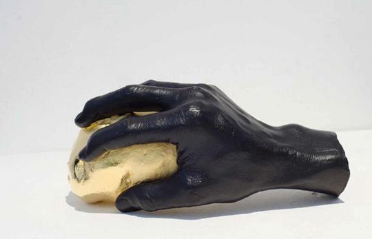 """个展""""黄金白银"""",《土豆》,2013年,雕塑、黄铜染色及24k金,11×21×12厘米"""