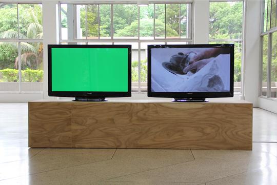 《无题(拂晓之臂)》,2011年,双频高清彩色有声影像(23分7秒)、显示器、胶合板