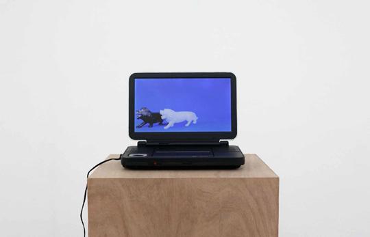 《无题(大理石狮子)》,2010年,胶合板基座(36 × 36 × 100 厘米)、DVD播放器、数码影像(12分8秒)