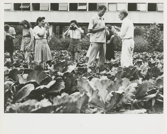 黑山学院:与约瑟夫•阿伯斯一起上摄影课,于爱登湖校区,约摄于1944年