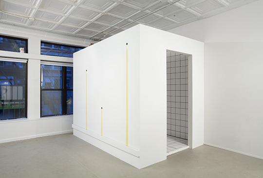 《气味,高潮和紧张的桃子》,2011年,木头、瓷砖、橄榄油,243.8 × 50.8 × 203.2 厘米