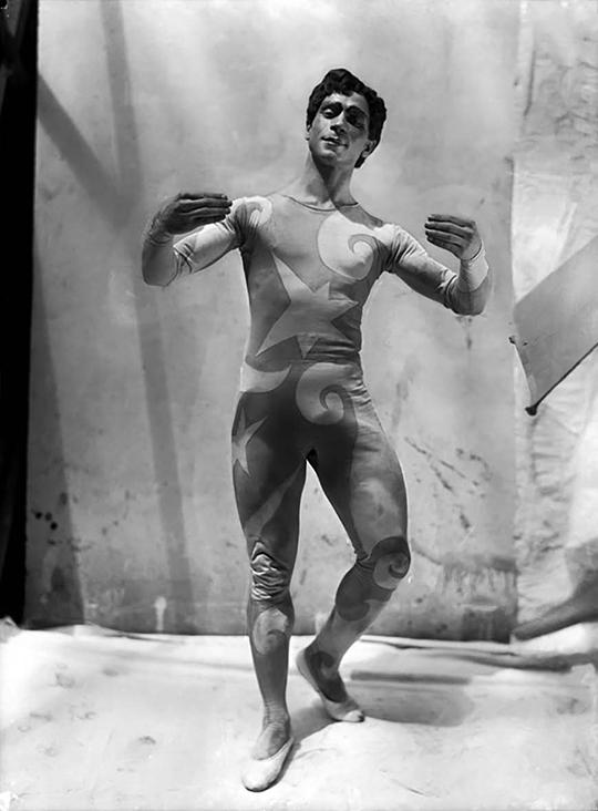 《游行》,1917年, 作曲:埃里克·萨蒂、剧本:让·考克托、编舞:莱奥尼德·马赛因、舞美:毕加索, 戏剧