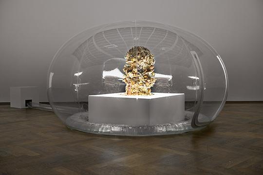 《或许它天生相伴》,2015年,风箱、聚酯薄膜、塑料、树脂、天妇罗式炸制鲜花、LED灯、树脂玻璃、木头,152.4 × 304.8 厘米